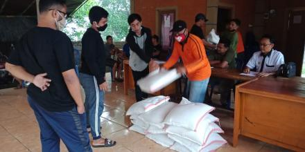 Pendistribusian Insentif Beras untuk relawan Covid-19 di Desa Gitgit
